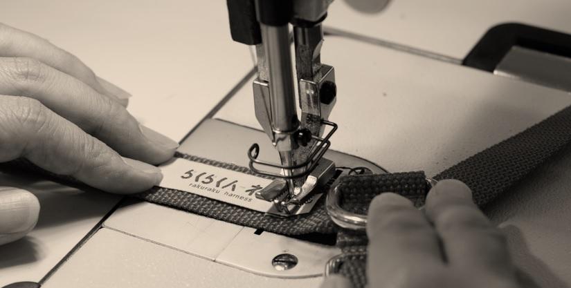 手作業で縫い付けられていくロゴ